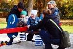 Familie auf dem Spielplatz (Foto: erysipel/pixelio.de)